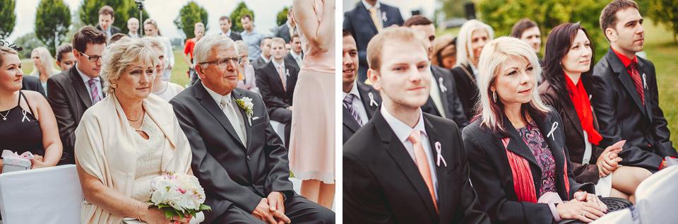 Hosté přihlížejí svatebnímu obřadu na Prachárně