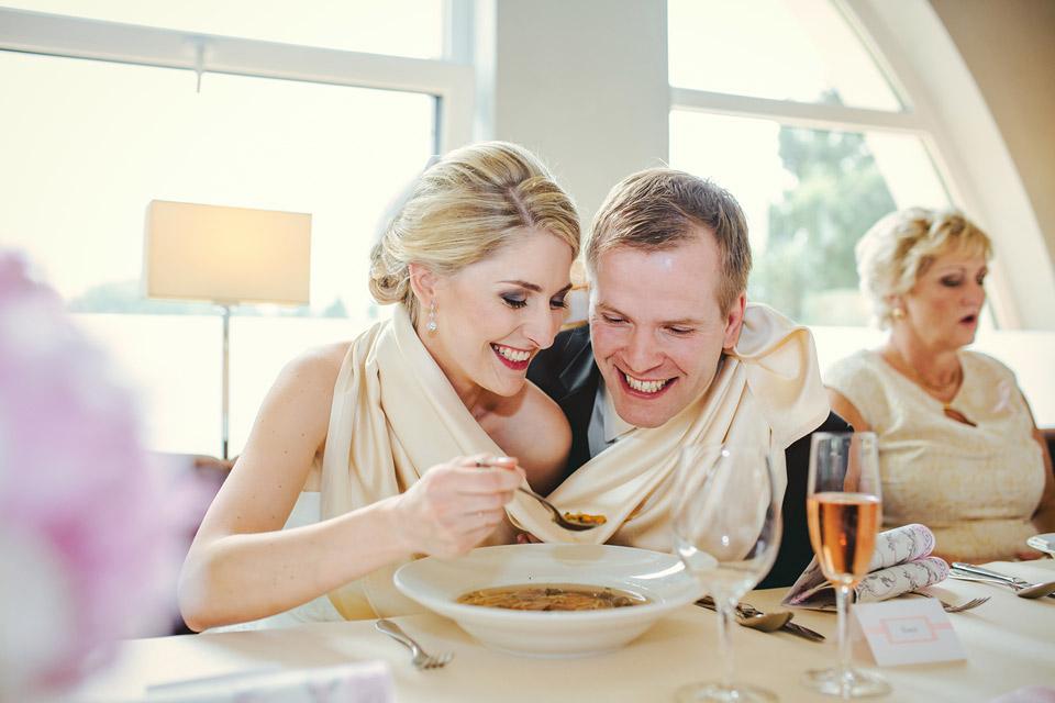 Vzájemné krmení polévkou nevěsty a ženicha