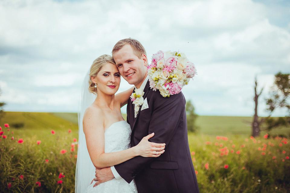 Portrét nevěsty a ženicha v makovém poli