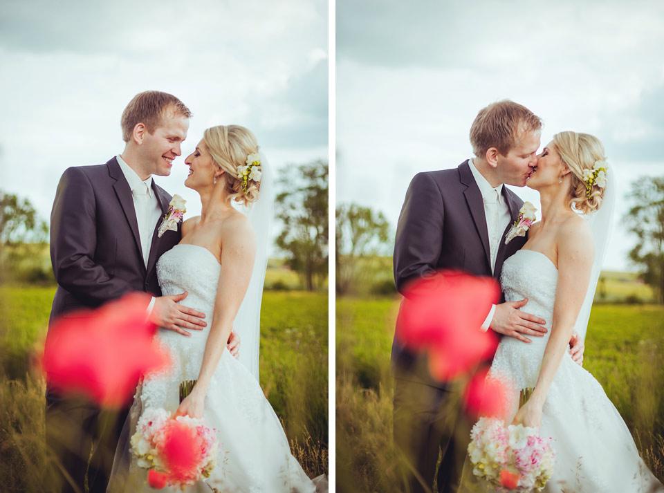 Vysmátá nevěsta a ženich v poli