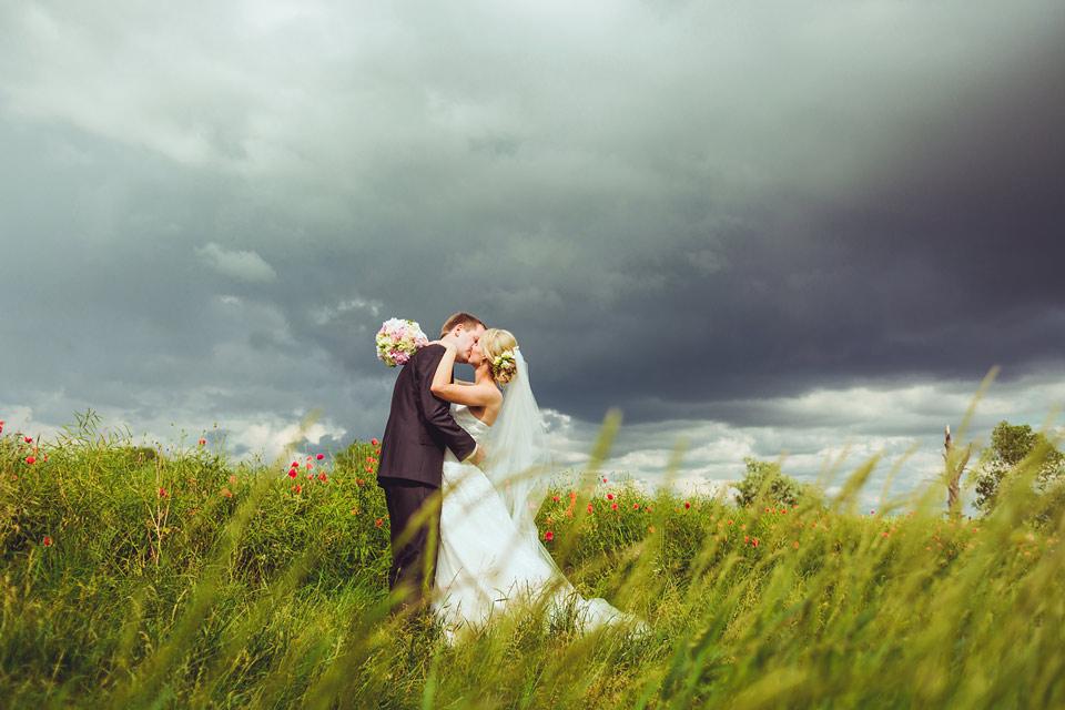 Ženich vášnivě líbá nevěstu