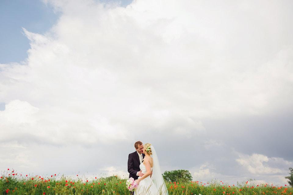 Svatební fotografie v makovém poli