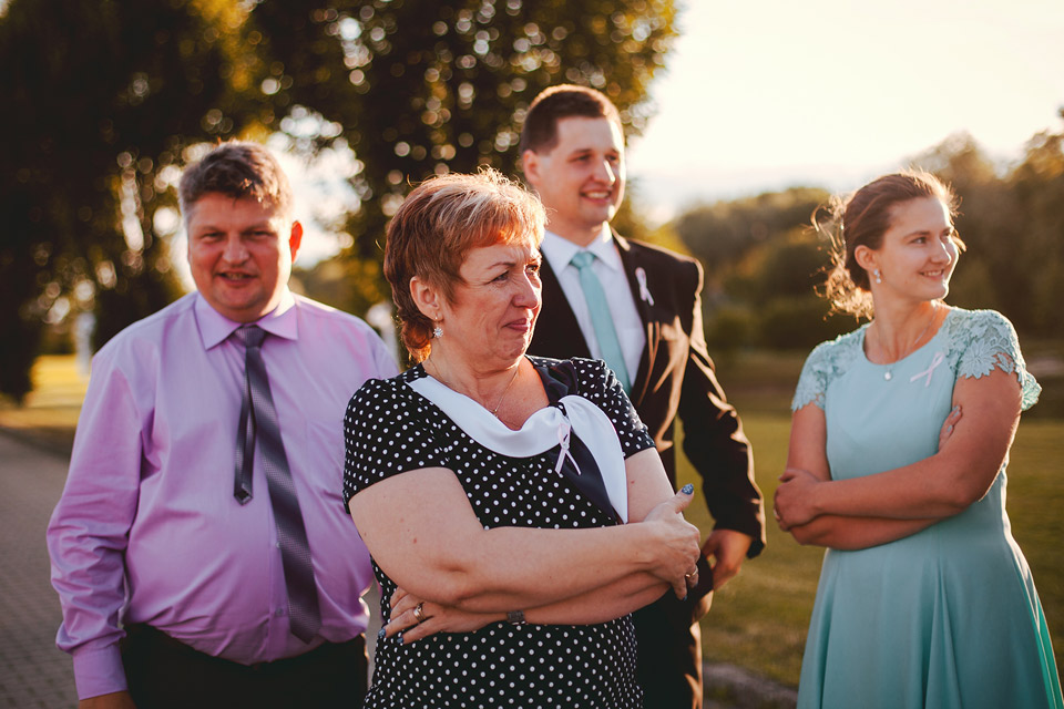 Svatební hosté přihlížejí hodu kyticí