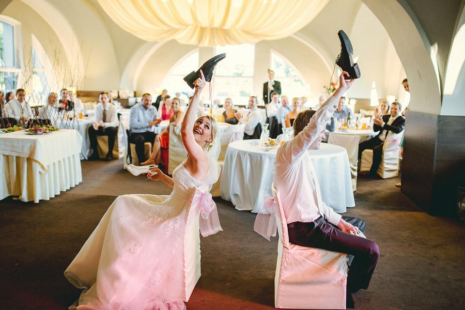 Ženich s nevěstou hrají soutěžní kvíz