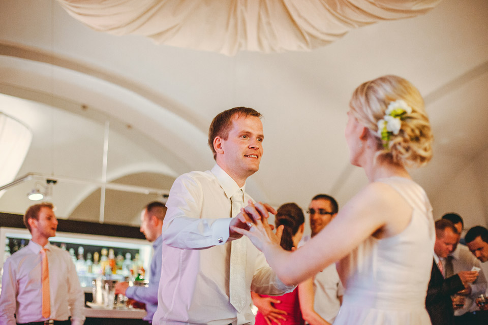 Ženich tančí s nevěstou