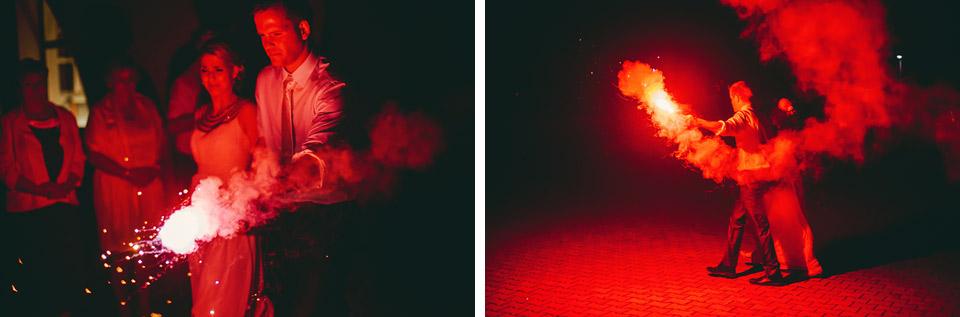 Ženich s nevěstou jdou odpálit ohňostroj