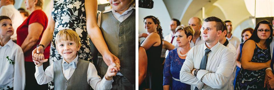 Hosté přihlíží prvnímu novomanželskému tanci