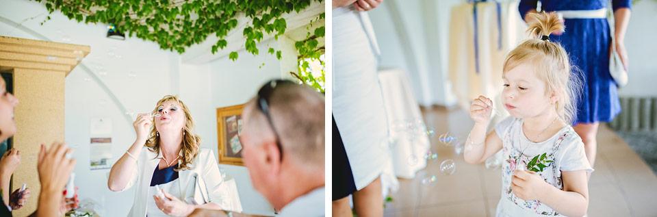 Hosté zkoušejí svatební bublifuky