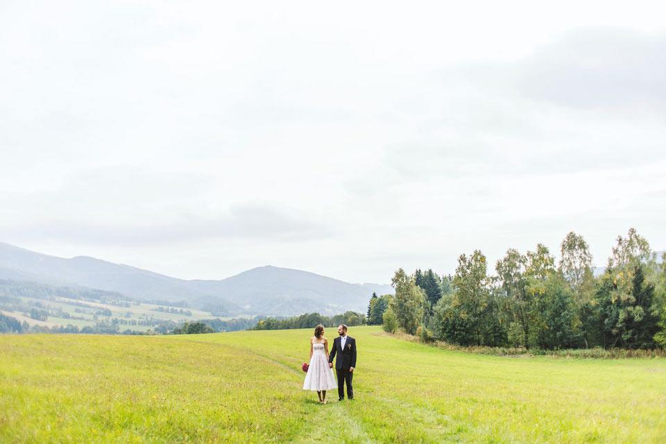 Minimalistický portrét nevěsty a ženicha na louce