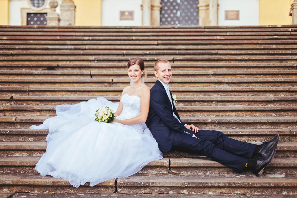 Nevěsta a ženich na schodech na svatém kopečku