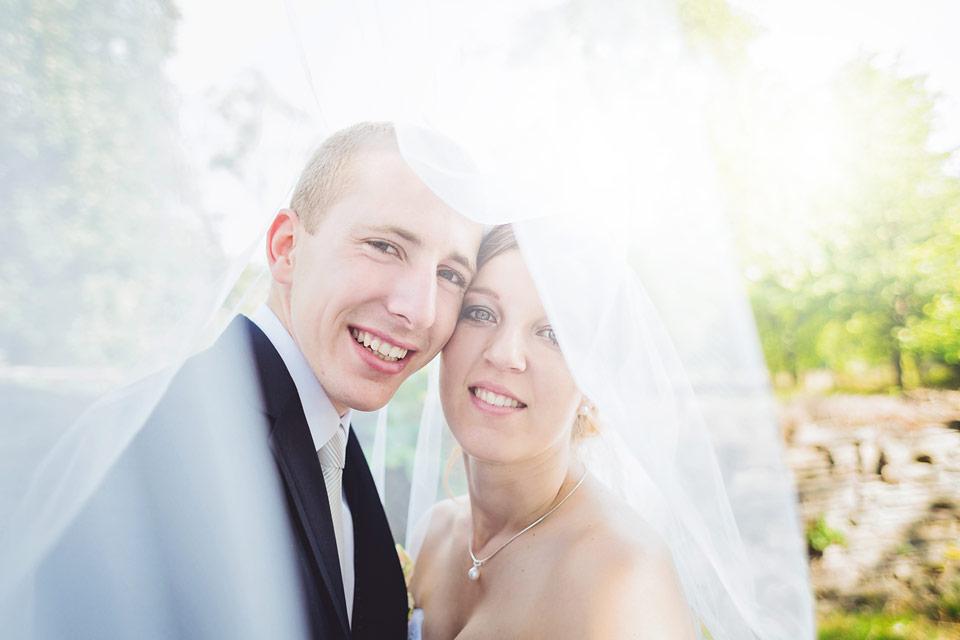 Nevěsta a ženich pod závojem