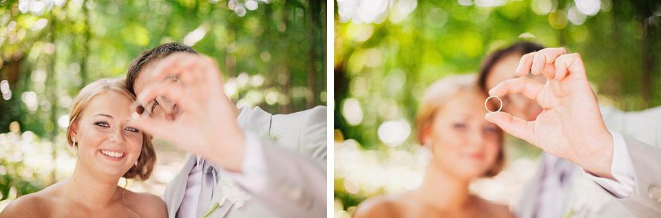 Nevěsta a ženich se dívají na prstýnek