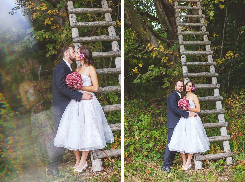 Nevěsta a ženich před mysliveckým posedem