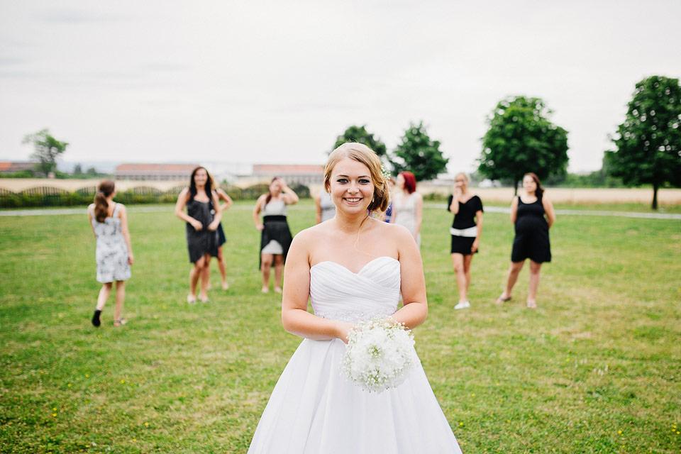 Nevěsta se připravuje na hod svatební kyticí