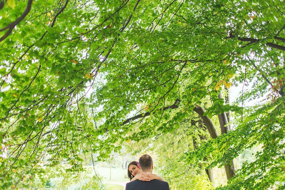 Nevěsta se usmívá na svatební fotografii
