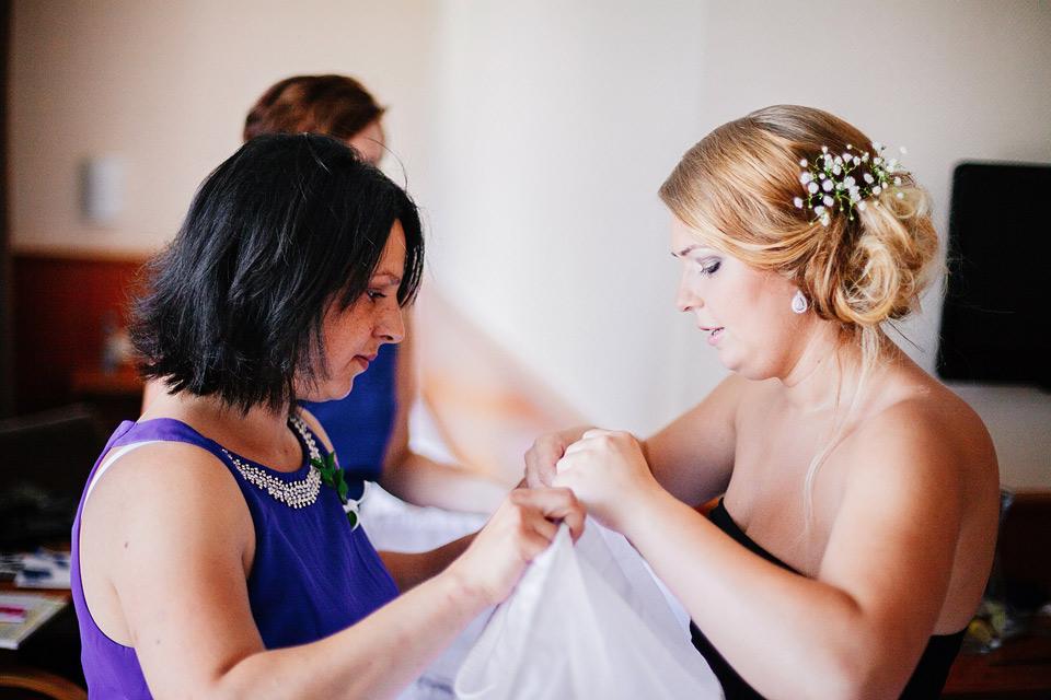Nevěsta si připravuje své svatební šaty