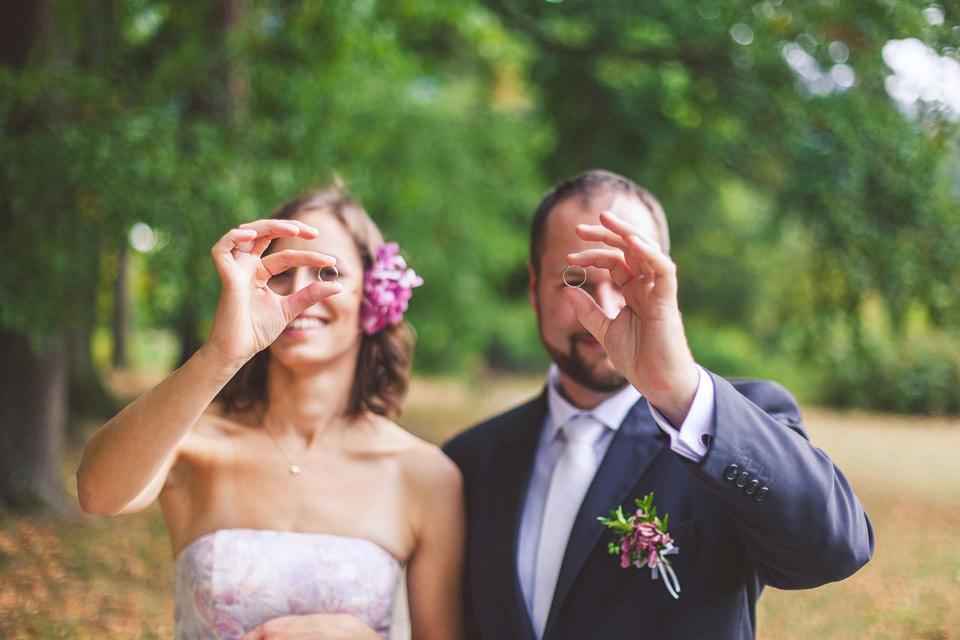 Nevšední fotografie svatebních prstýnků