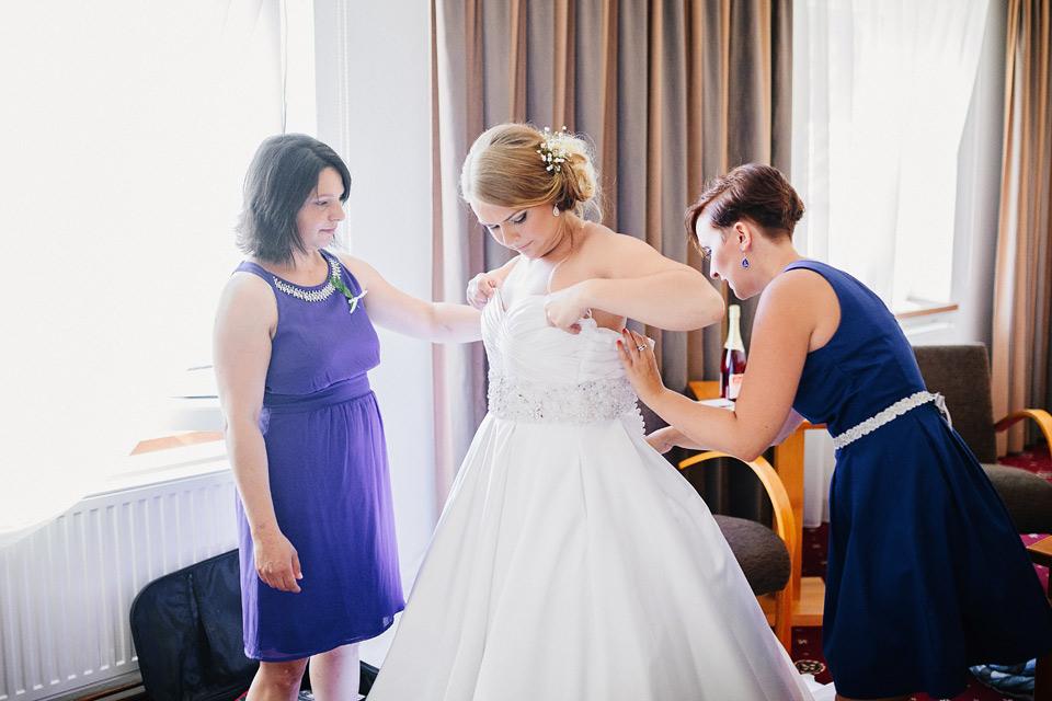 Oblékání nevěsty do svatebních šatů