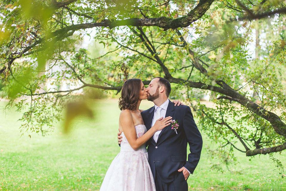 Portrét ženicha a nevěsty mezi stromy
