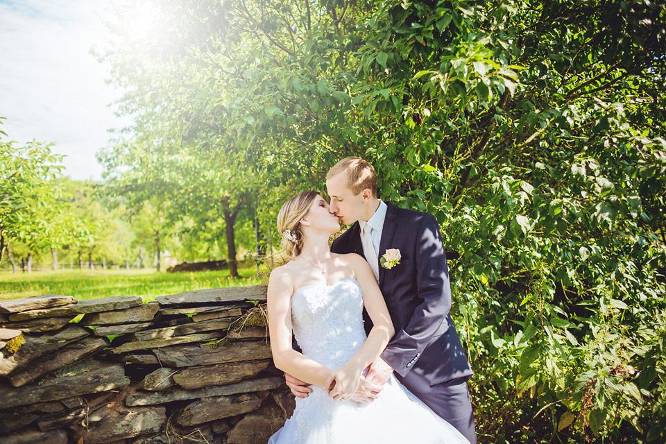 Portrét nevěsty a ženicha u zídky