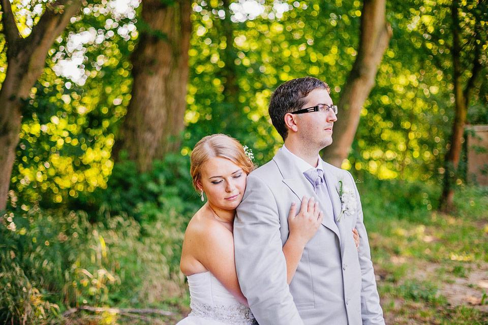 Romantický portrét ženicha s nevěstou