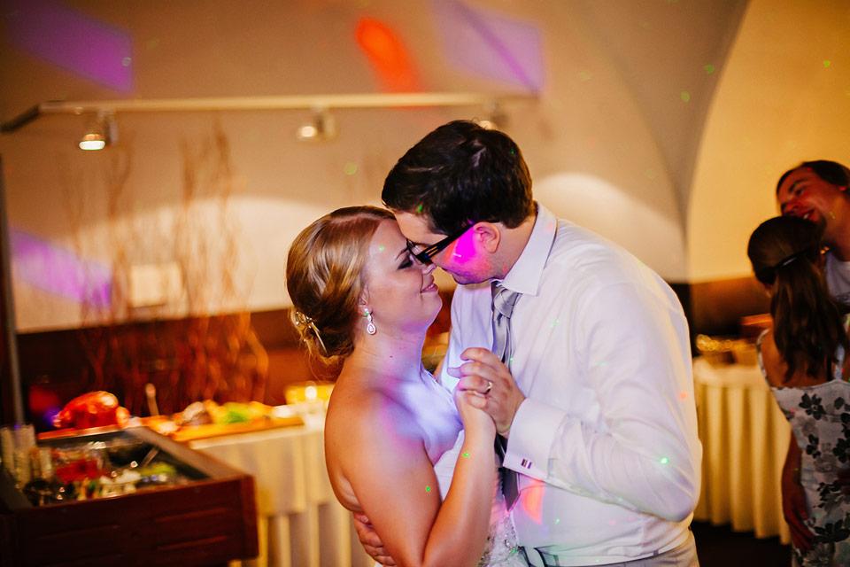 Romantický tanec nevěsty a ženicha