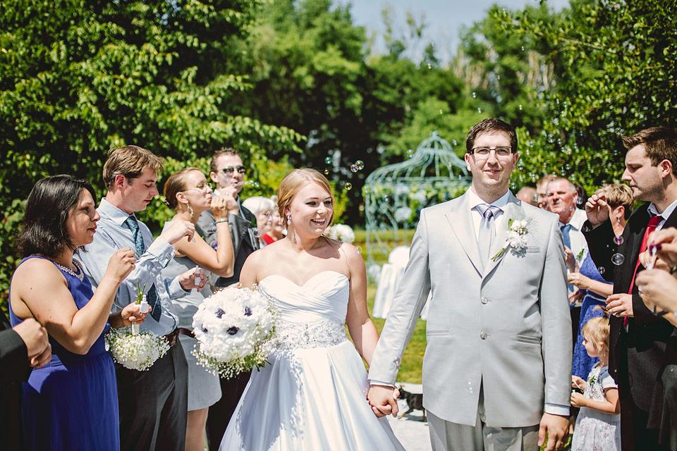 Špalír a šťastní novomanželé