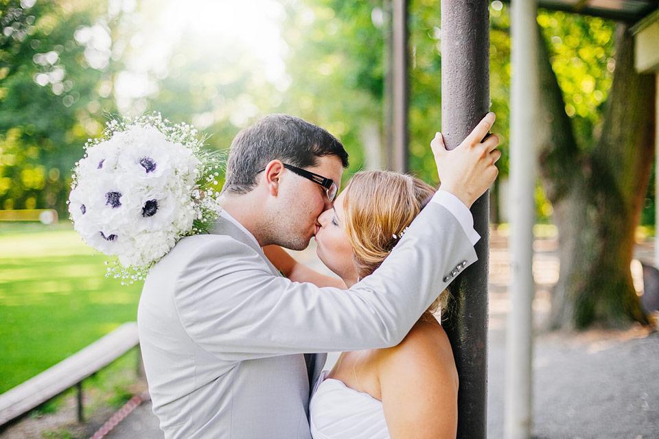 Ženich něžně líbá nevěstu