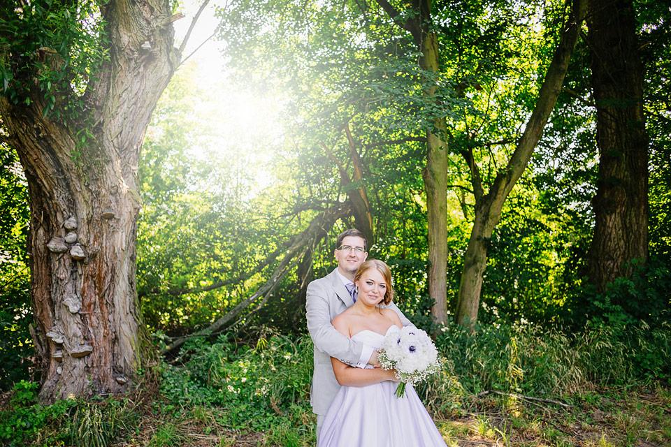 Ženich objímá svou milovanou nevěstu