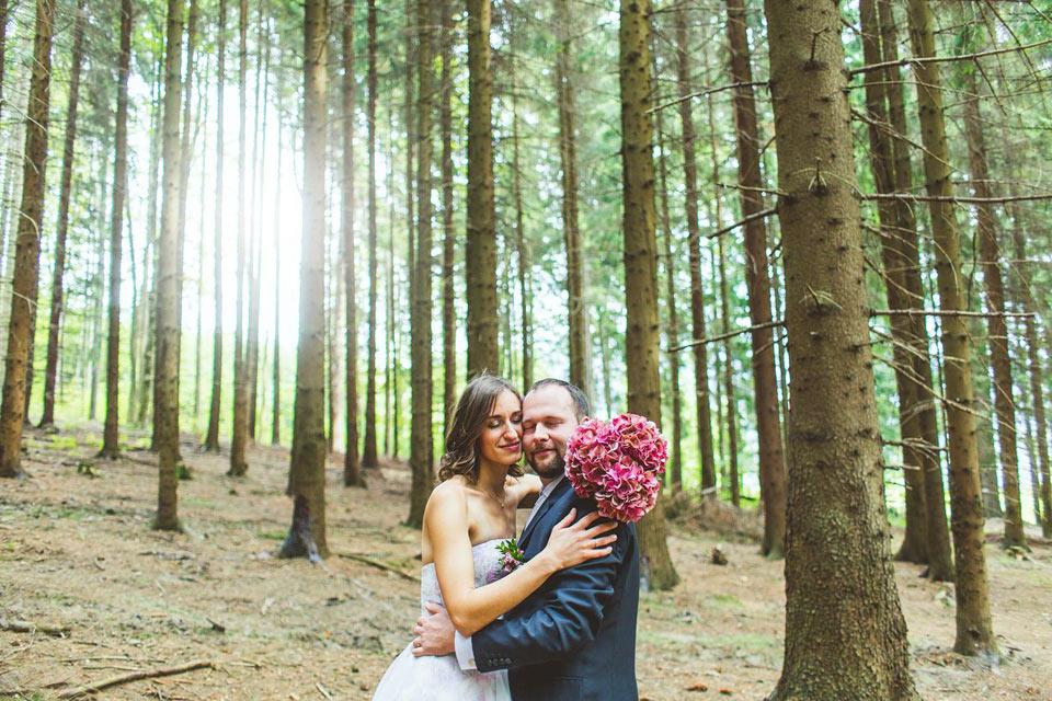 Ženich s nevěstou v lese v Loučné nad Desnou