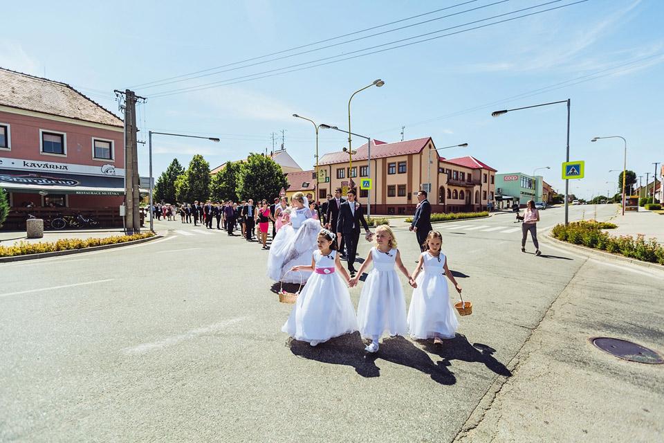 Celý svatební špalír přechází přes silnici