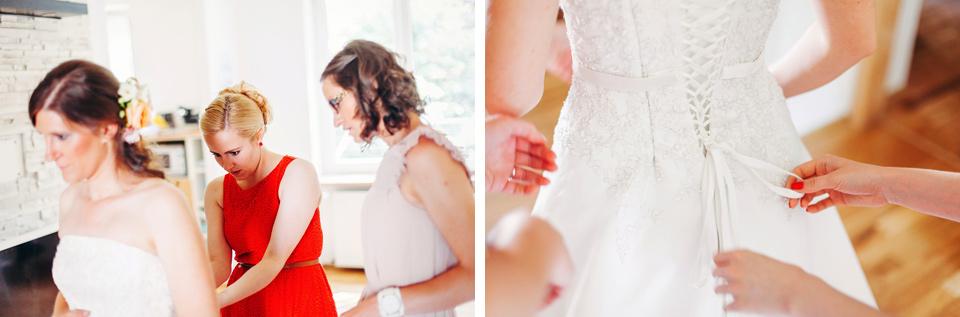 Detailní fotografie ze šněrování šatů