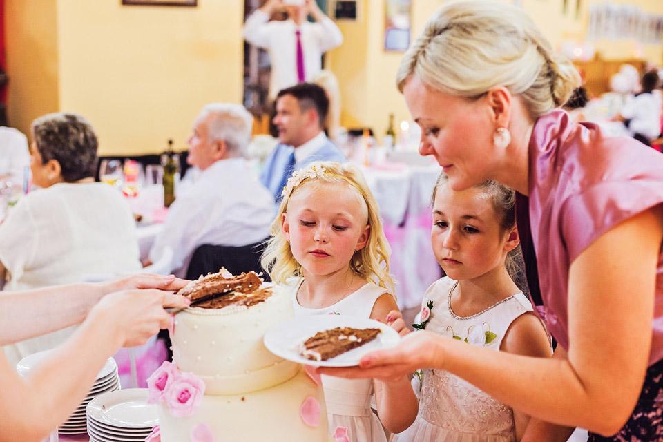 Děti čekají na svatební dort