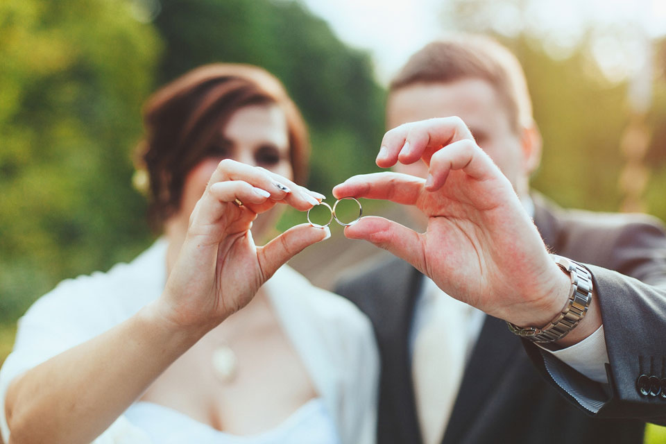 Fotka detailu svatebních prstýnků