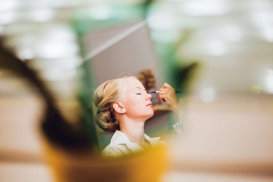 Fotka líčení nevěsty v odrazu zrcátka