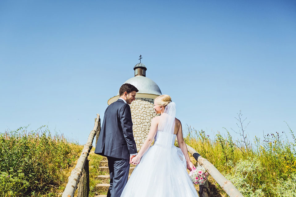 Fotka nevěsty a ženicha pod kapličkou ve Velkých Bílovicích
