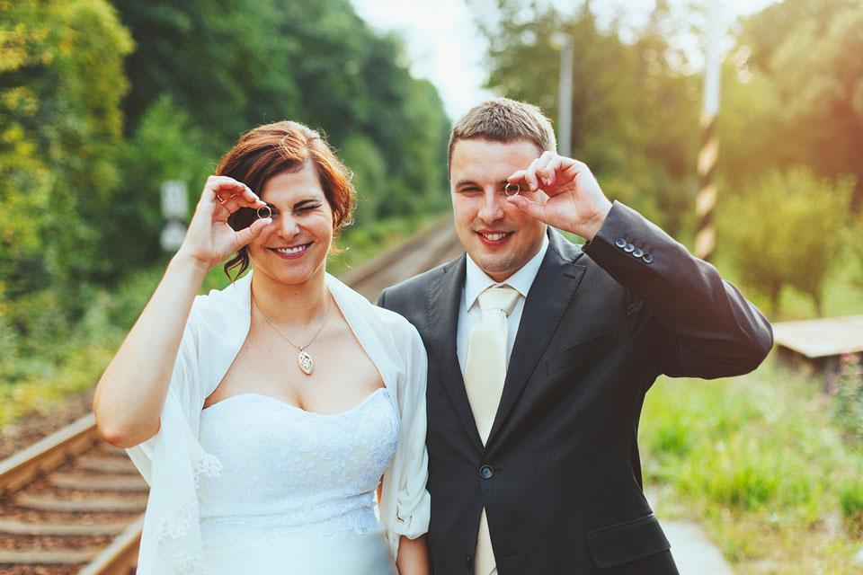 Fotka nevěsty a ženicha s prstýnky