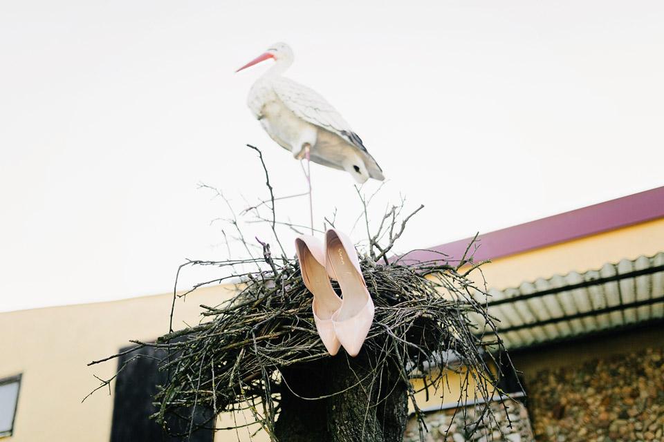 Fotka svatebních střevíců s panem čápem