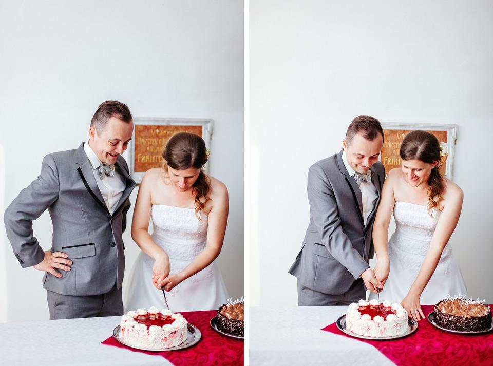 Fotka z nakrojení svatebního dortu