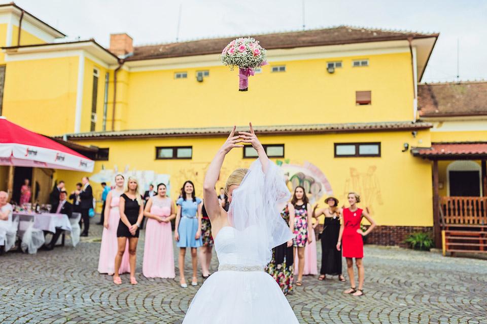 Fotografie letící svatební kytice