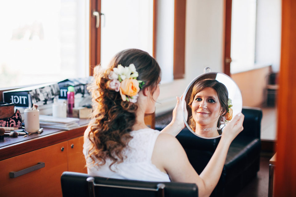 Fotografie nevěsty v odrazu zrcadla