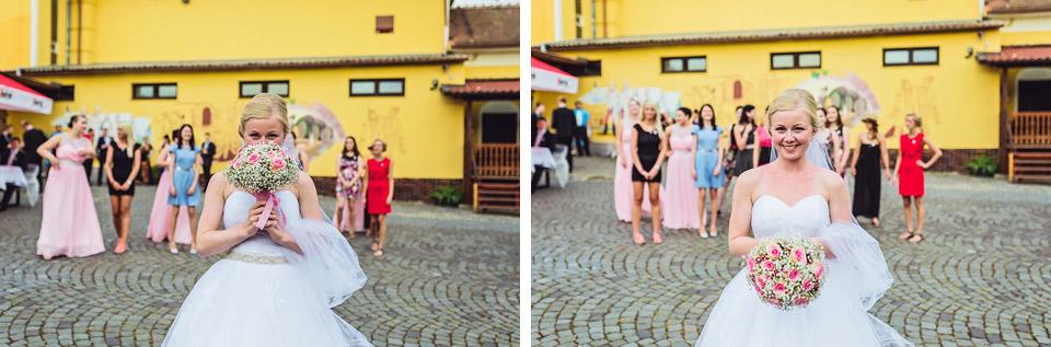 Fotografie před hodem svatební kyticí