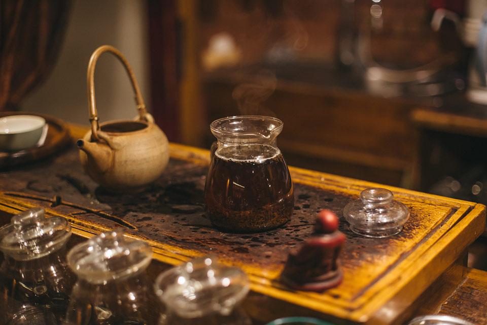 Fotografie z přípravy čaje v Dobré čajovně