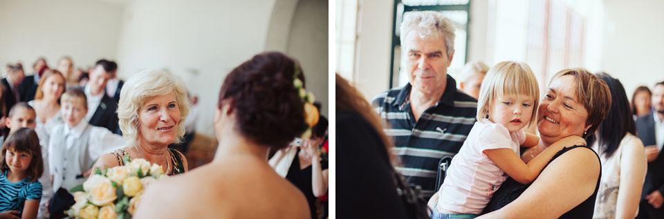 Hosté blahopřejí novomanželům na svatbě