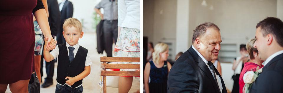 Hosté čekají až budou moci blahopřát novomanželům