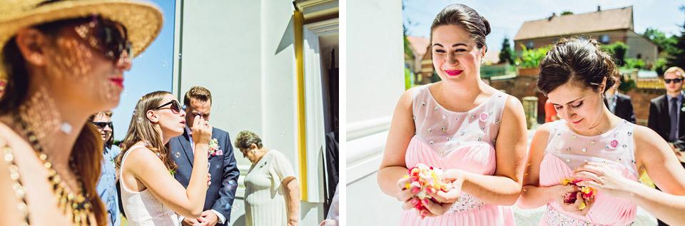 Hosté čekají na nevěstu a ženicha před kostelem