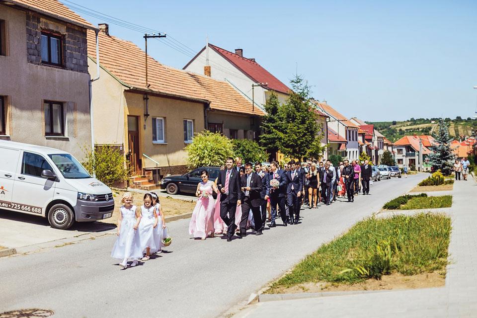 Hosté kráčí směrem ke kostelu