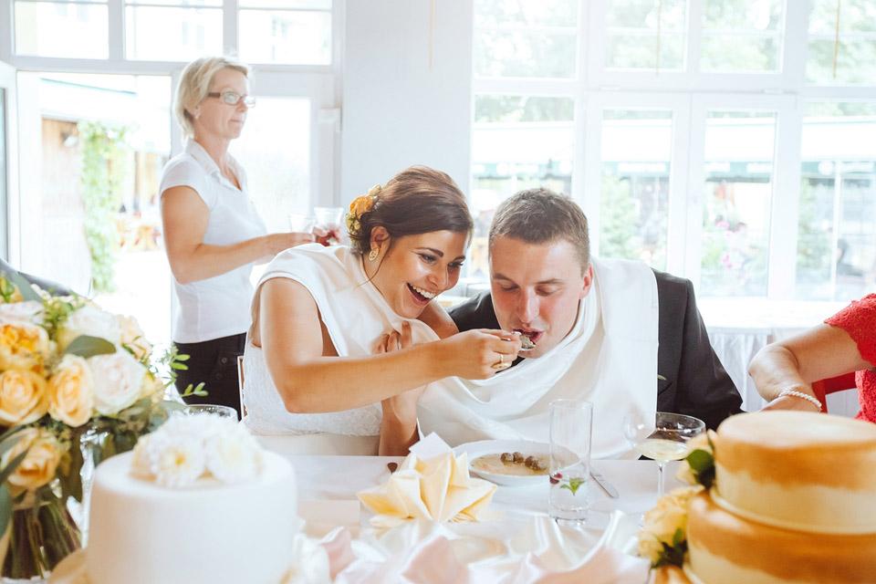 Krmení svatební knedlíčkovou polévkou