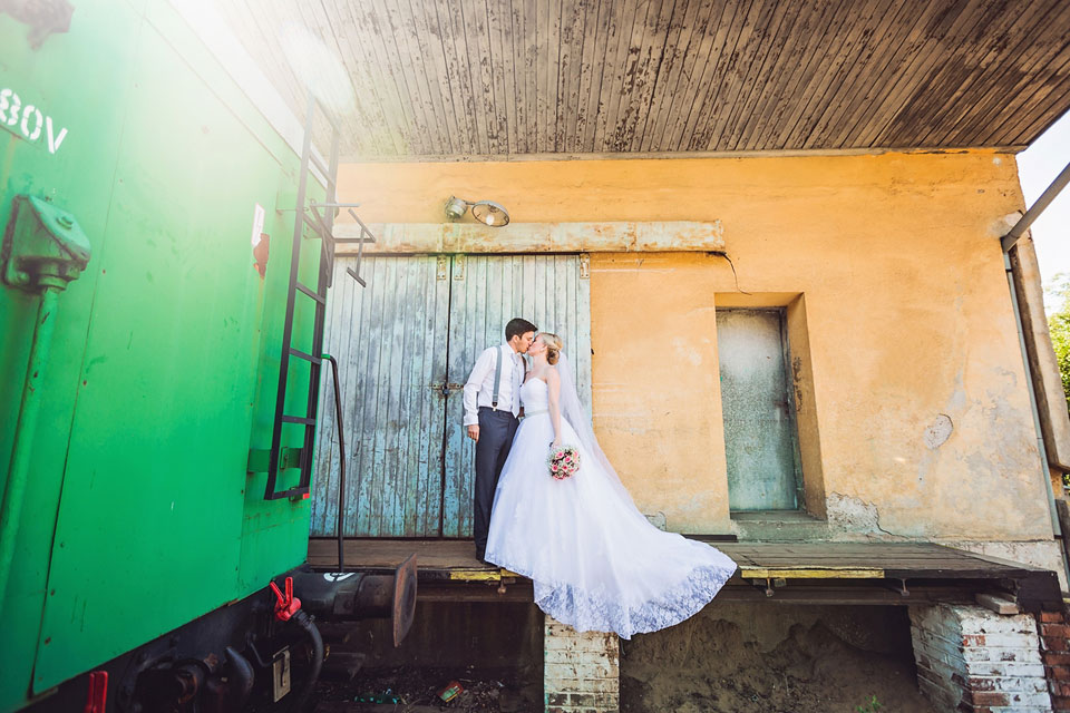 Líbačka novomanželů na nádraží