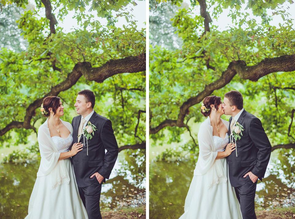 Líbající dvojportrét nevěsty a ženicha u rybníka